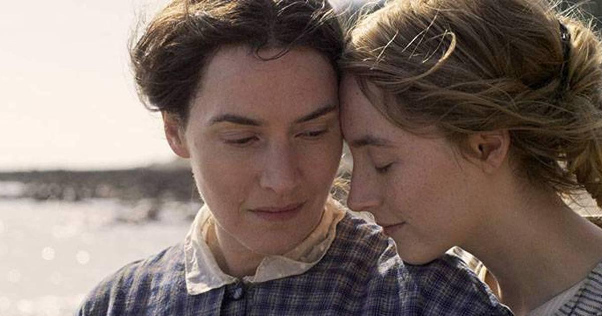 Ammonite aborda um relacionamento entre duas mulheres.