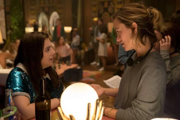 Olivia Wilde e Beanie Feldstein no set de Fora de Série