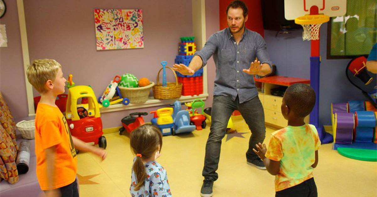 Chris Pratt refaz cena de Jurassic World em hospital infantil