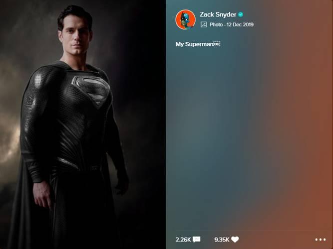 Foto de Henry Cavill vestindo o traje preto do Superman