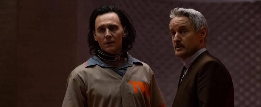 Tom Hiddleston e Owen Wilson caracterizados como Loki e Mobius em Loki