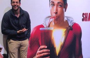 Shazam! | Zachary Levi comemora ao lado da primeira foto oficial do filme