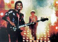 """Майкл Джексон (на заднем плане) во время съемок рекламы  """"Пепси """", когда у..."""