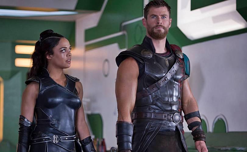 Tessa Thompson e Chris Hemsworth em Thor: Ragnarok