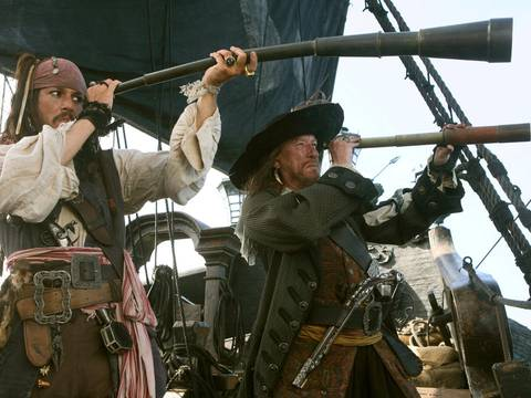 Johnny Depp e Geoffrey Rush a bordo de navio em Piratas do Caribe No Fim do Mundo/Disney