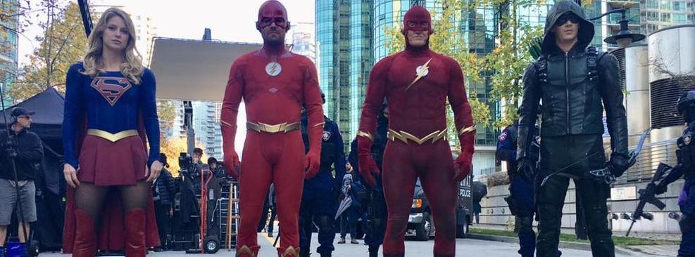 Arrowverse | Roupa do Flash nos anos 90 aparece em foto do crossover